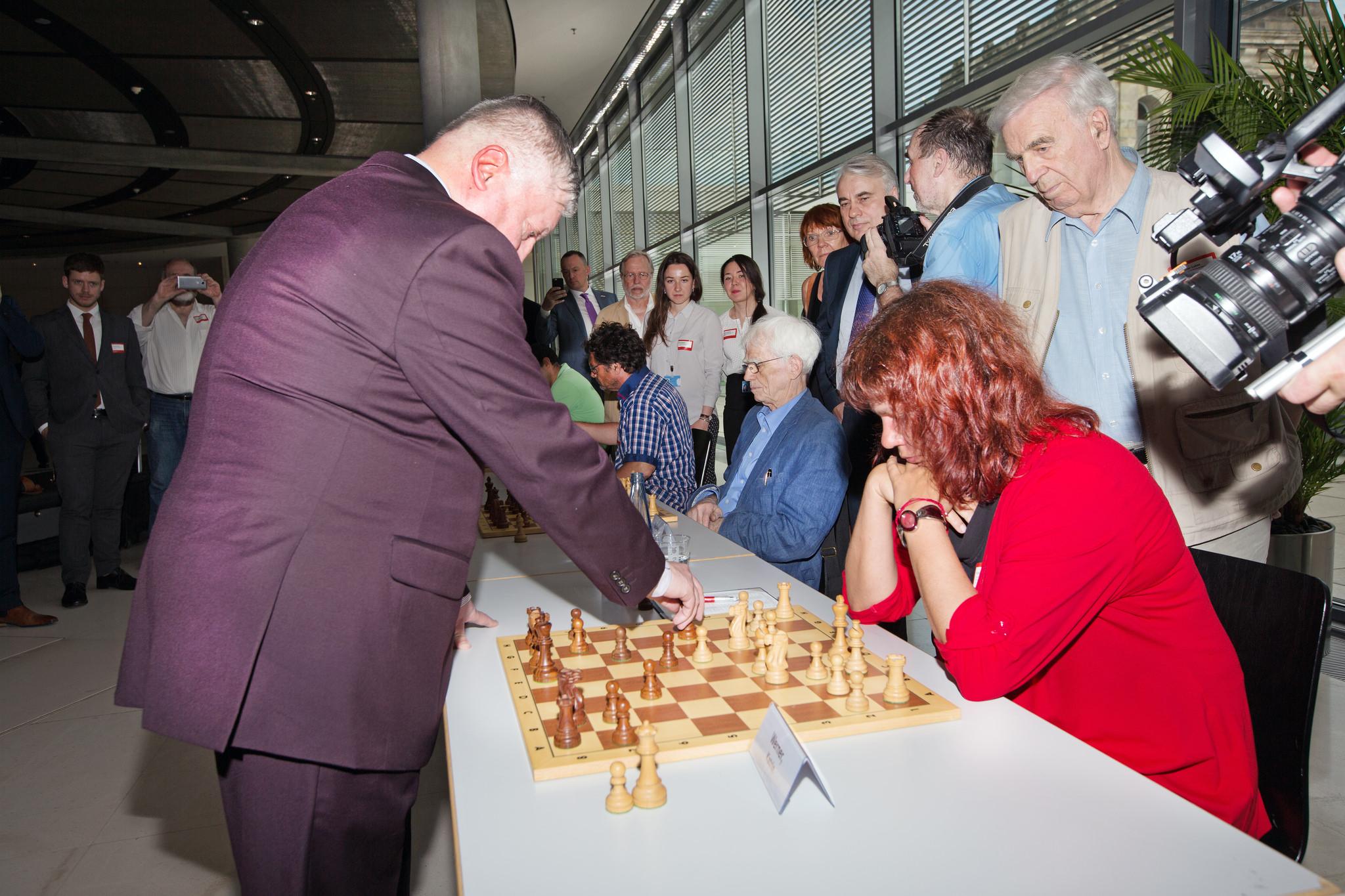 Anatoli Jewgenjewitsch Karpow und Katrin Werner spielen Schach