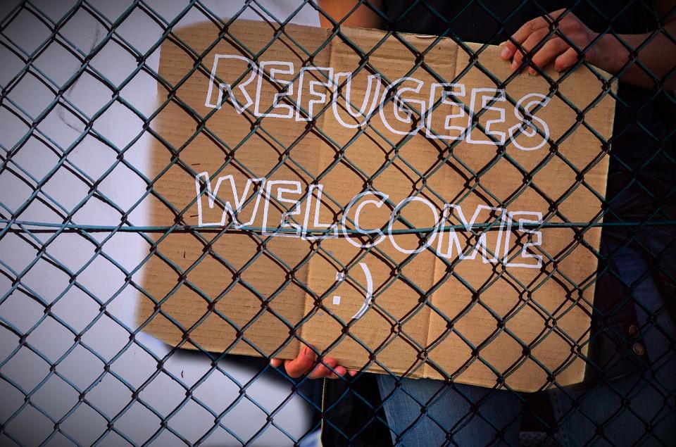 Ein Refugees Welcome Schild hinter einem Maschendrahtzaun, Quelle: Pixabay.de