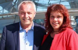 Alexander Ulrich und Katrin Werner vor der Kuppel des Bundestags