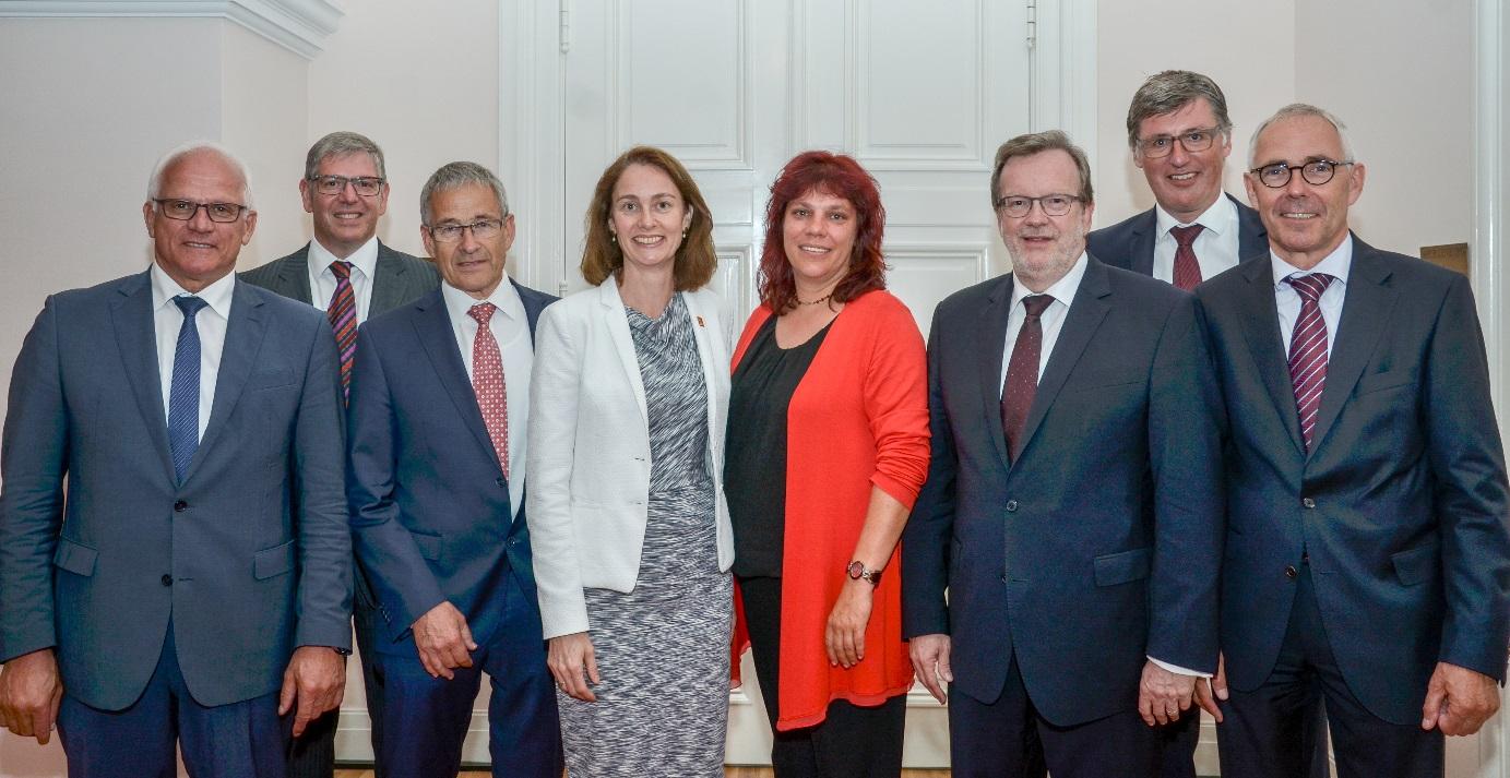 Auf dem Bild ist Katrin Werner zusammen mit anderen rheinland-pfälzischen Abgeordneten und Vertretern der IHK Rheinland-Pfalz abgebildet.