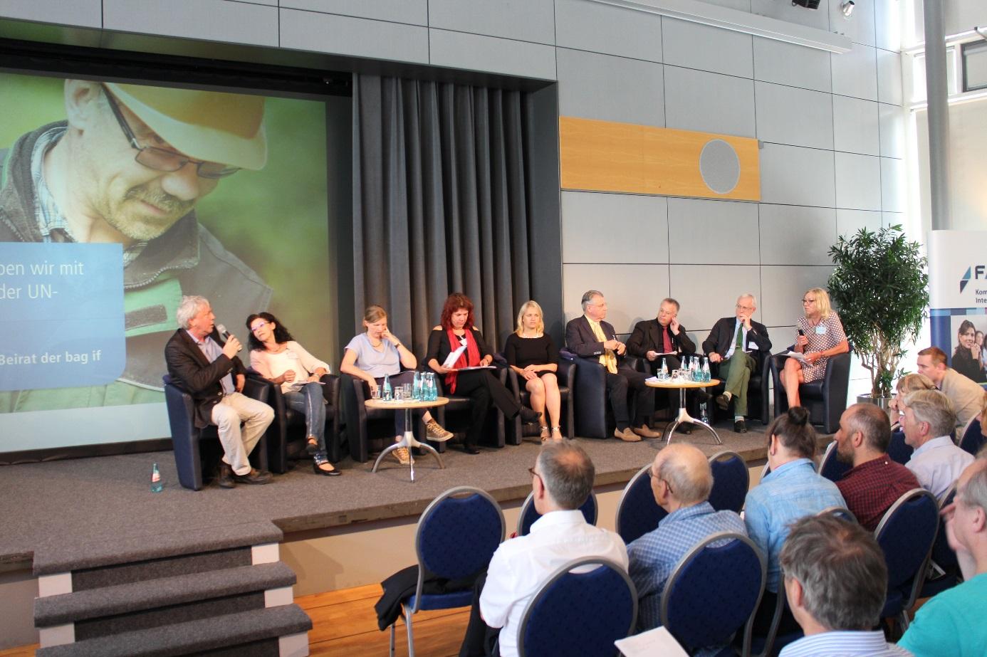 Foto der Podiumsdiskussion. V.l.n.r. sind zu sehen: Uwe Schummer (CDU), Waltraud Wolf (SPD), Corinna Rüffer (Grüne), Katrin Werner (DIE LINKE), Verena Bentele (Behindertenbeauftragte der Bundesregierung), Ulrich Adlhoch (BAG IF) und Dr. Fritz Bauer (BAG