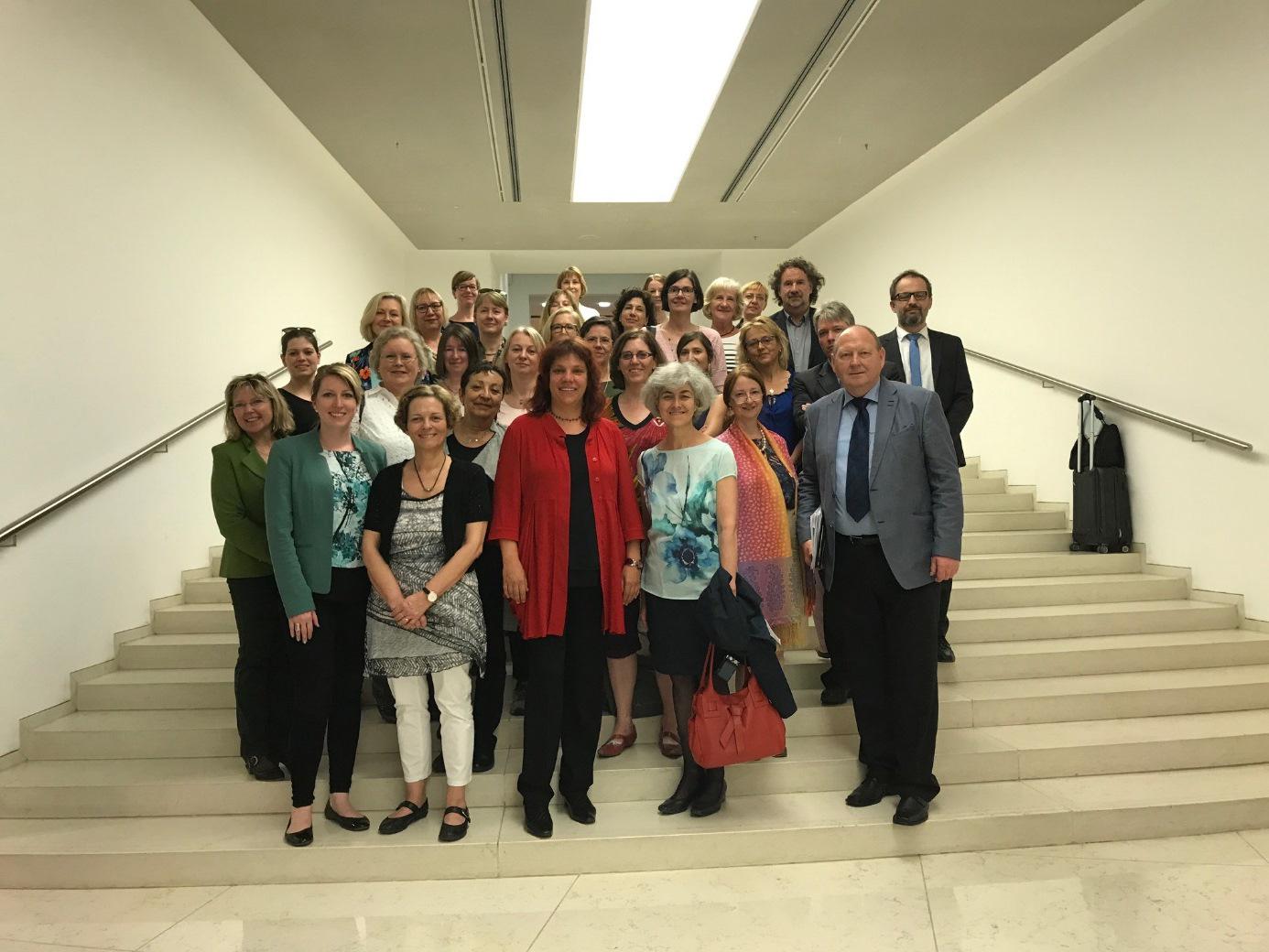 Das Bild zeigt die Gruppe der Gleichstellungsbeauftragten aus Deutschland und Österreich sowie Mitglieder der deutsch-österreichischen Parlamentariergruppe